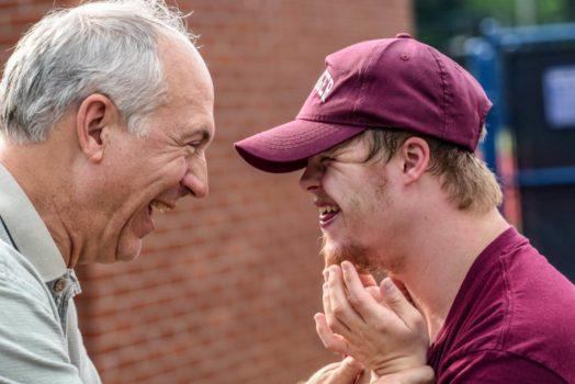 Vater und Sohn freuen sich gemeinsam