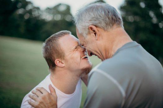 Vater und Sohn lachen gemeinsam